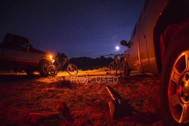 Ночное небо над припаркованные автомобили и велосипеды — стоковое фото
