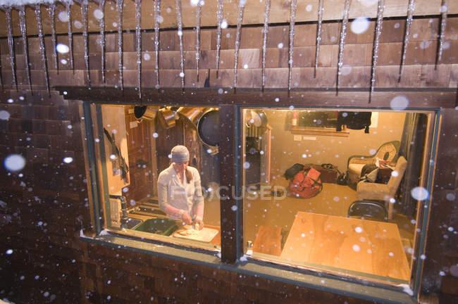 Femme préparant des repas au cours de la nuit tempête de neige dans le col de Molas, Silverton, Colorado — Photo de stock