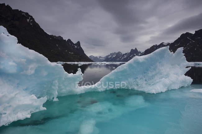 Iceberg al fiordo con cielo nuvoloso drammatico — Foto stock