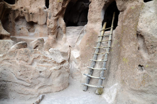 Scala in legno conduce al famoso cliff dwellings in Bandelier National Monument, Nm — Foto stock
