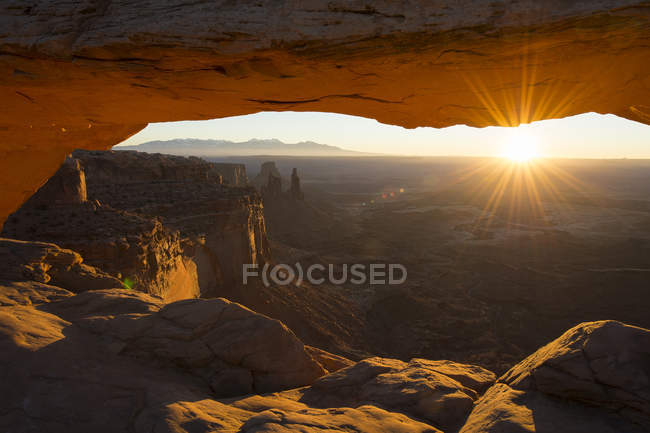 Nascer do sol em canyonlands no arco formação rochosa — Fotografia de Stock