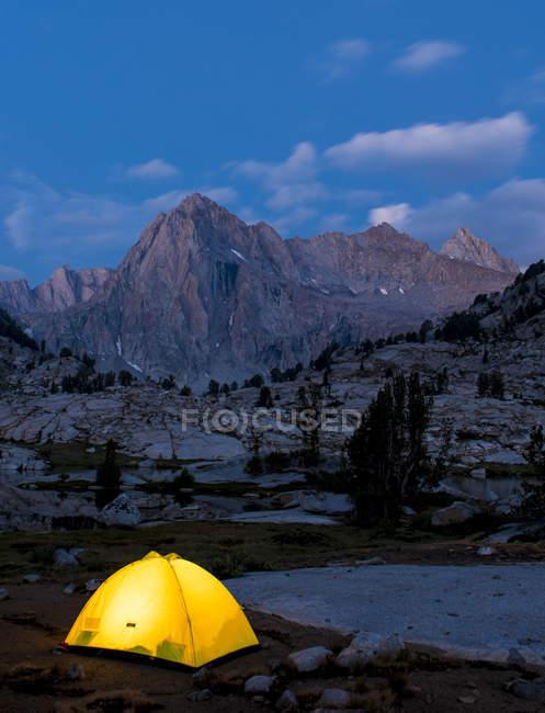 Светящейся палатке ниже картина пик ночью — стоковое фото