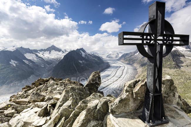 Croix de fer avec le Glacier d'Aletsch dans le fond du canton de Wallis, Suisse — Photo de stock