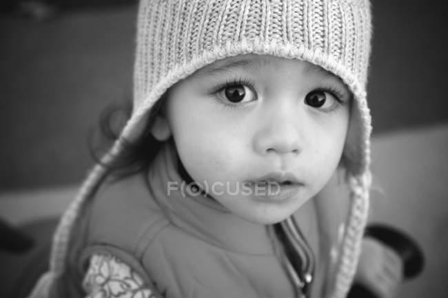 Дівчина носити beanie і жилет, дивлячись на камеру — стокове фото