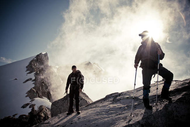 Zwei Bergsteiger Rucksackreisen in Bergen — Stockfoto