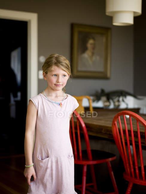 Jovem, olhando para longe, foco em primeiro plano — Fotografia de Stock