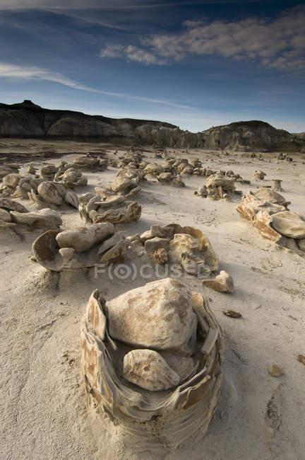 Зруйнованою Пісковик скельними утвореннями з драматичним небо — стокове фото