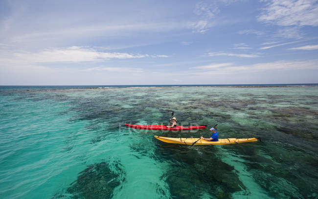 Mare di coppia kayak in acque limpide largo costa del Belize — Foto stock