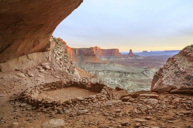 Vue panoramique de rock formations dans la lumière du soir — Photo de stock