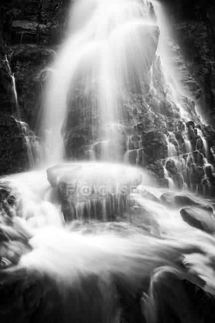 Blick auf sieben Schleier Wasserfall fließt in Bewegung — Stockfoto