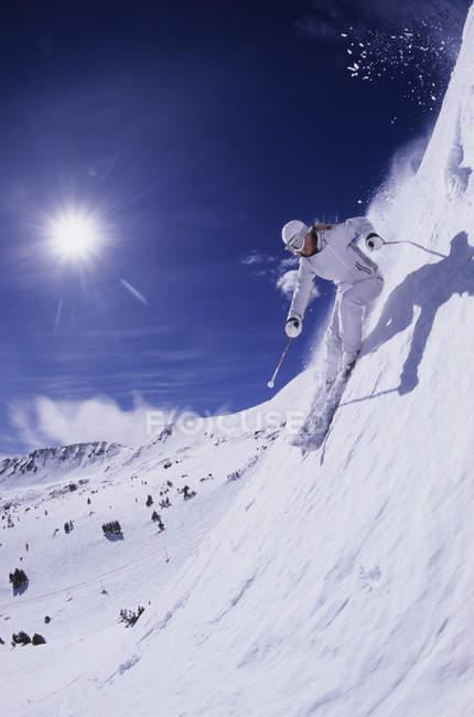 Vue faible angle de femme ski à Loveland, Colorado — Photo de stock