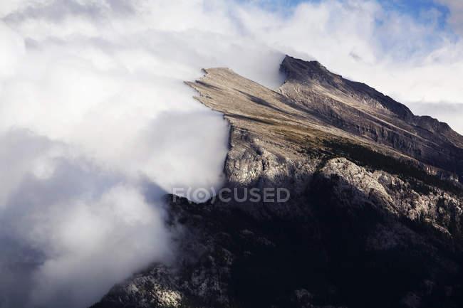 Sommets enneigés avec nuages au premier plan — Photo de stock