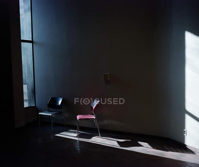 Два крісла при сонячному світлі на порожній кімнаті — стокове фото