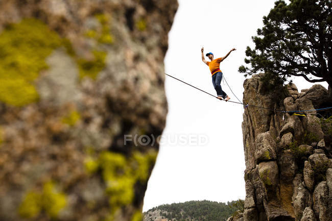 Homme qui marche éléphant contreforts highline à Boulder Canyon, Colorado — Photo de stock