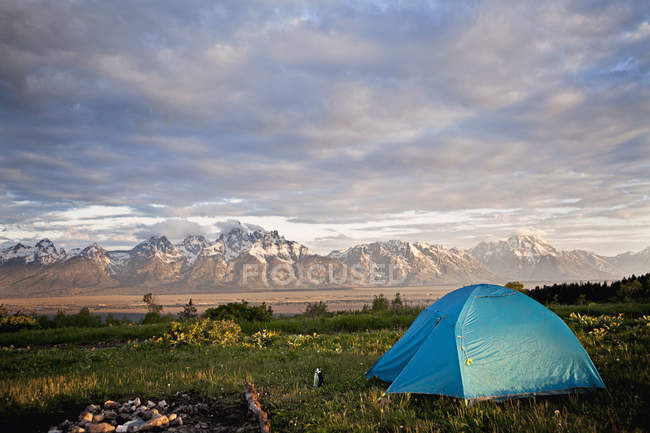 Tenda posizionata vicino a grand teton mountains — Foto stock