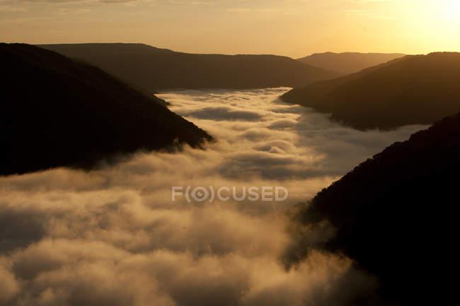 Colinas de nevoeiro na luz solar — Fotografia de Stock