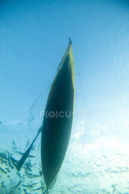 Vue sous-marine d'un kayak pagayé à travers lac — Photo de stock