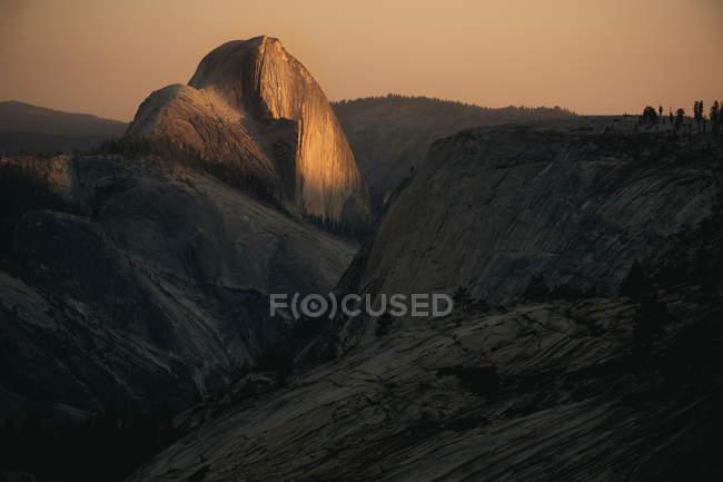 Vista panorâmica da pedra de meia cúpula na luz do sol — Fotografia de Stock