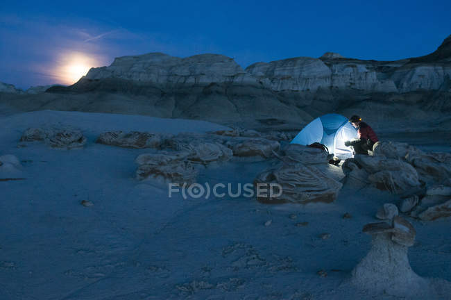 Мужчин туристы, установление палатку на Восход луны в сложных песчаника скалы в Bisti Badlands, Фармингтон, Нью-Мексико — стоковое фото