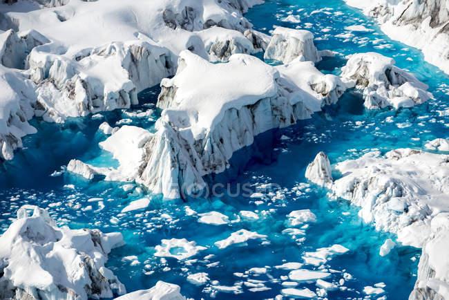 Vista aérea do derretimento de geleiras e água azul profundo, Alasca — Fotografia de Stock