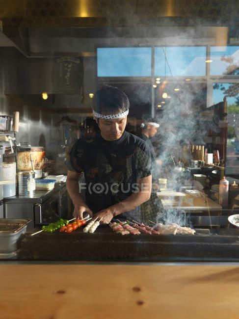 Chef japonês grelhar churrasco no restaurante San Diego — Fotografia de Stock