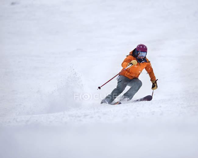 Skifahrerin lächelnd mit Freude beim Schreddern präparierten Trail und Zuckerhut, Maine — Stockfoto