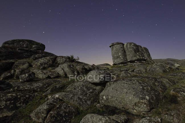 Granit chef sauvage dans la nuit avec des étoiles dans le ciel — Photo de stock