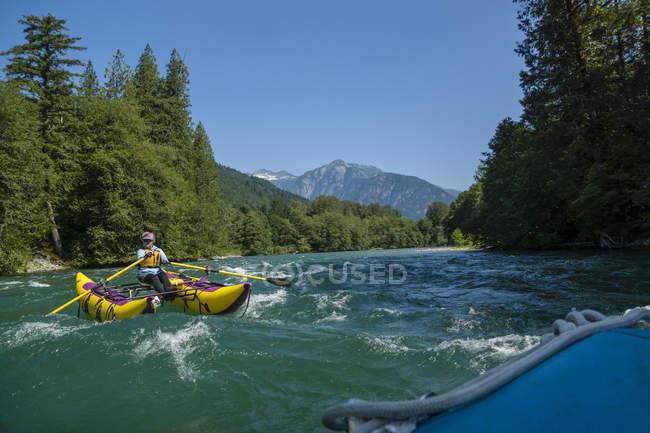 Frau rafting auf Skagit River in North Cascades, Wa — Stockfoto