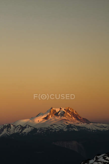 Alpenglow sur le sommet de montagne enneigés Garibaldi — Photo de stock
