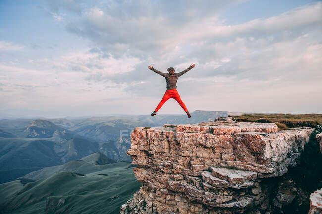 Um homem a saltar sobre um penhasco. Depressão sym.major transtorno depressivo. — Fotografia de Stock