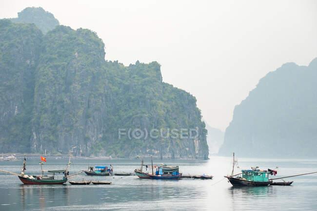 Bateaux à Ha Long Bay par un matin brumeux, Province de Quang Ninh, Vietnam — Photo de stock