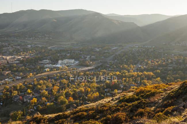 Vista de Golden, Colorado desde Golden Cliffs en North Table Mountain. - foto de stock