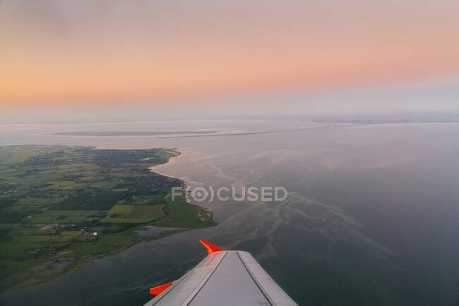 Aerial view of the airplane wing on the plane - foto de stock