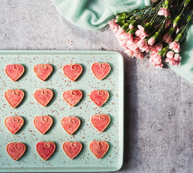 Valentine's day, hearts, cookies, flowers and hearts on a gray background — Stock Photo