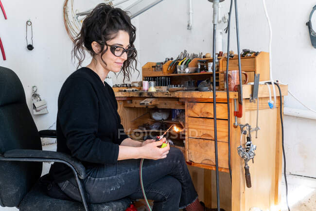 Mujer trabajando con una máquina de coser - foto de stock