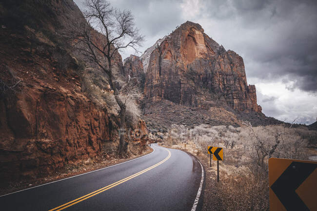 Road in the mountains — Stock Photo