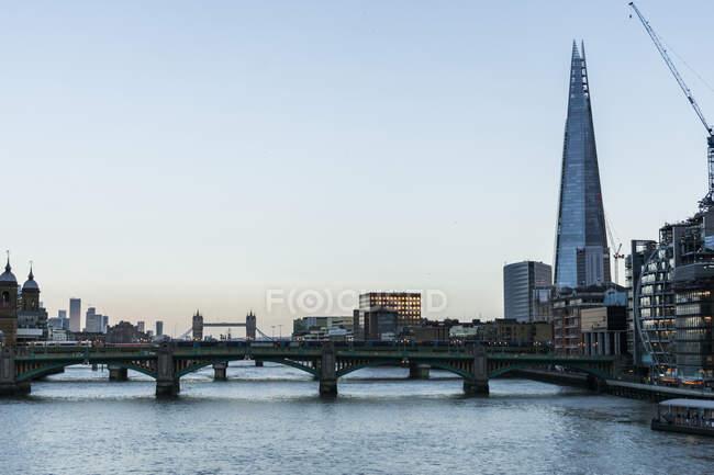 Вид на центр Лондона и реку Темзу на закате — стоковое фото
