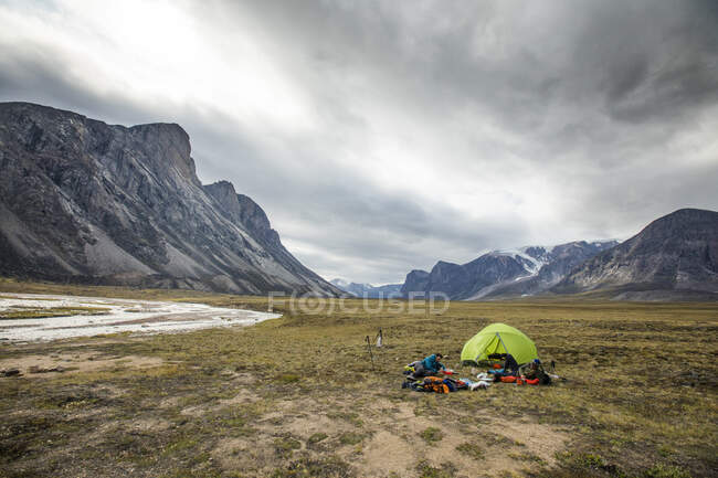 Male tourists in Baffin Mountains, Canada. — Stock Photo