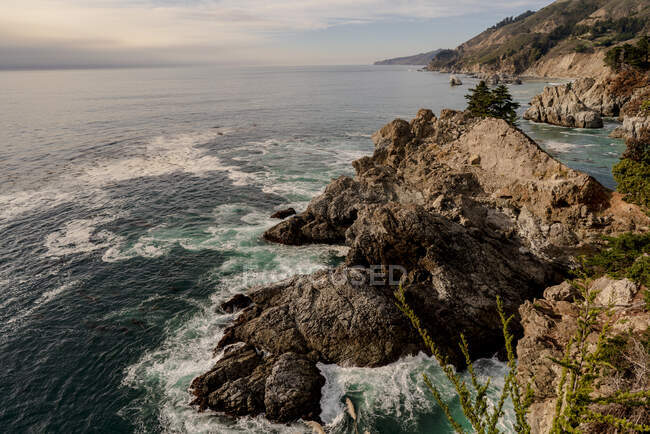 Saddle Rock al Julia Pfeiffer Burns State Park — Foto stock