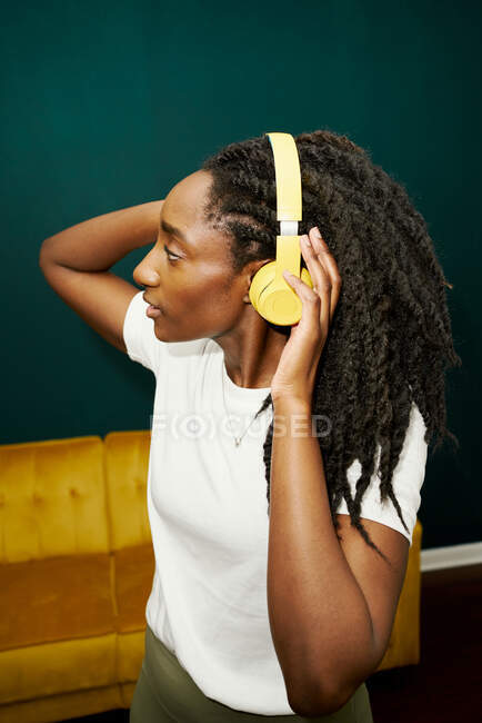 African american woman listening to music with headphones — Stock Photo