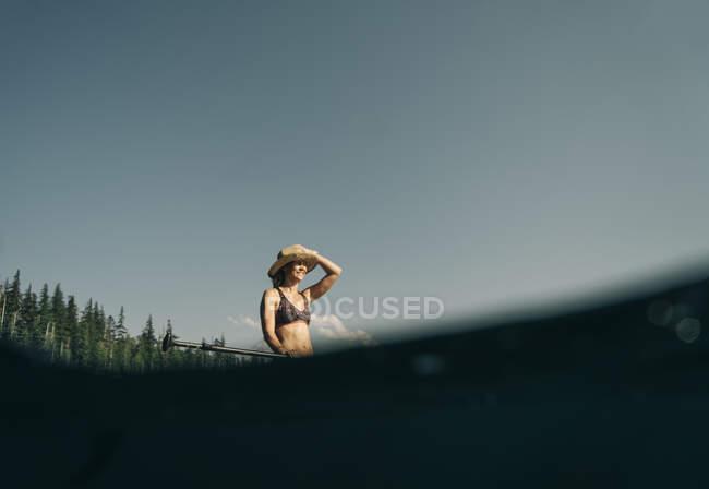 Una giovane donna gode di una tavola da paddle standup sul lago perduto in Oregon. — Foto stock