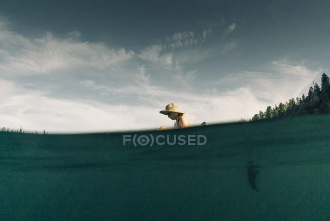 A young woman enjoys a standup paddle board on Lost Lake in Oregon. — Stock Photo