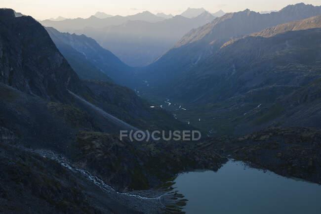 Vue du lac Snowbird et du ruisseau Bartholf depuis Snowbird Hut, montagnes Talkeetna, Alaska. — Photo de stock