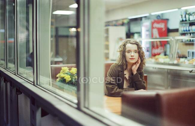 A woman is sitting at the train station — Stock Photo