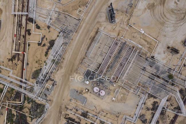 Campos de petróleo em Kern California parecem se esticar para sempre — Fotografia de Stock