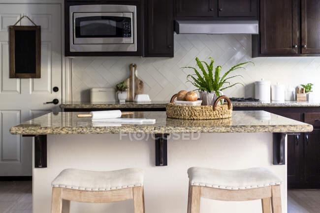 Cuisine moderne intérieure avec table et chaises — Photo de stock