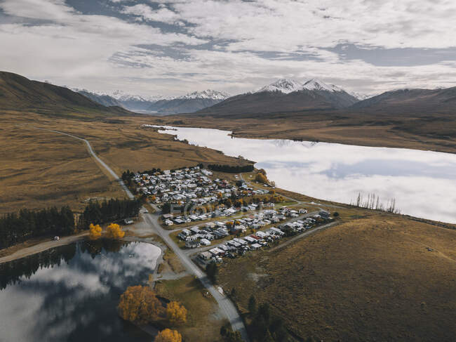 Lake Clearwater village next to the lake with the Southern Alps in the background, New Zealand. — Stock Photo