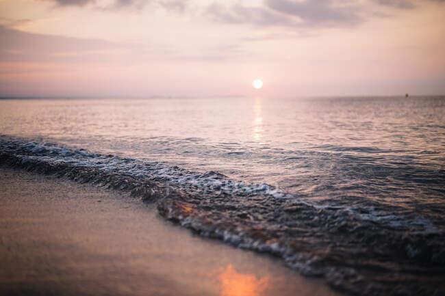 Bellissimo tramonto sulla spiaggia sullo sfondo della natura — Foto stock