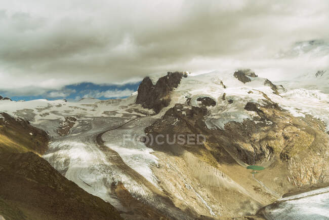 Hermosa vista de las montañas en el fondo de la naturaleza - foto de stock