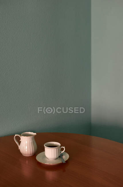 Coffee cup and teapot on a corner table. Conceptual image — Stock Photo
